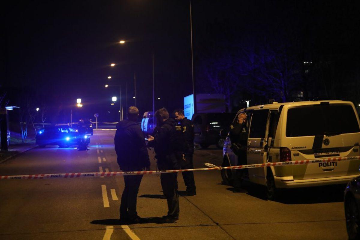 Politiet afspærrer flere gader efter melding om skyderi. KLIK for flere billeder. Foto: Presse-fotos.dk.