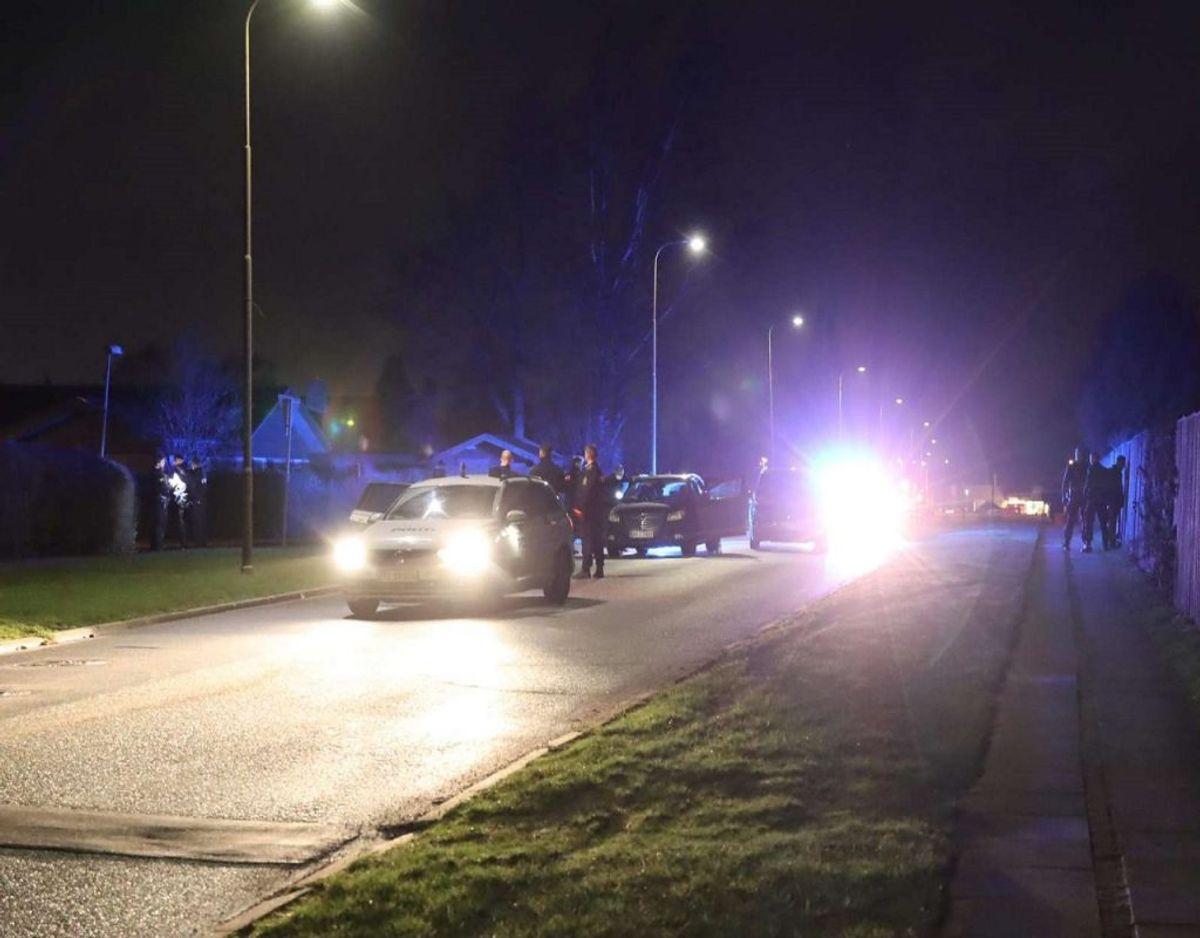 Fire personer blev anholdt i det vestlige Aarhus. De havde sammen med ti andre, der blev anholdt på E45 ved Vejle, frihedsberøvet to mænd. KLIK VIDERE OG SE FLERE BILLEDER Foto: Øxenholt Foto