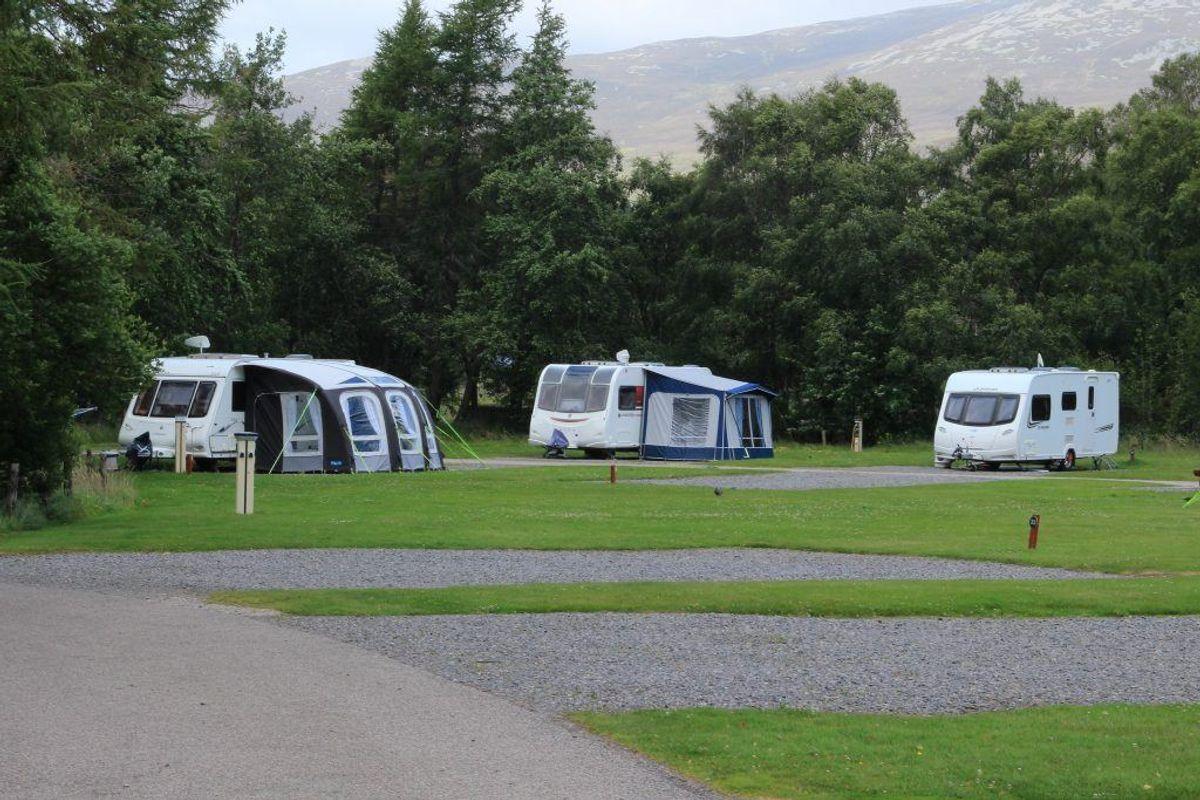 Danskere er vilde med camping, men det er de færreste elbiler, der overhovedet har motorkraft til at trække det mobile feriehjem. Foto: Colourbox