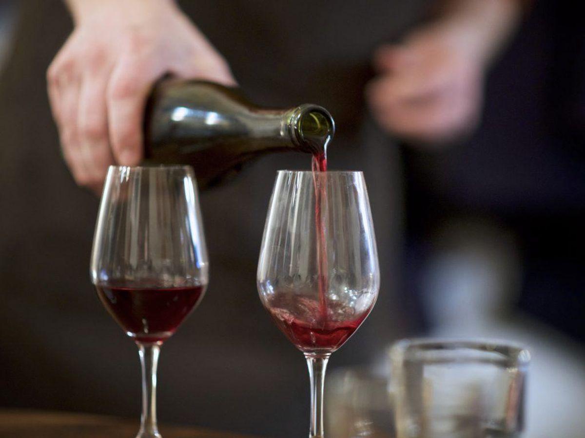 Når en flaske rødvin er blevet åbnet, vil resterne holde sig langt bedre i køleskabet. Kilde: Reader's Digest. Arkivfoto.
