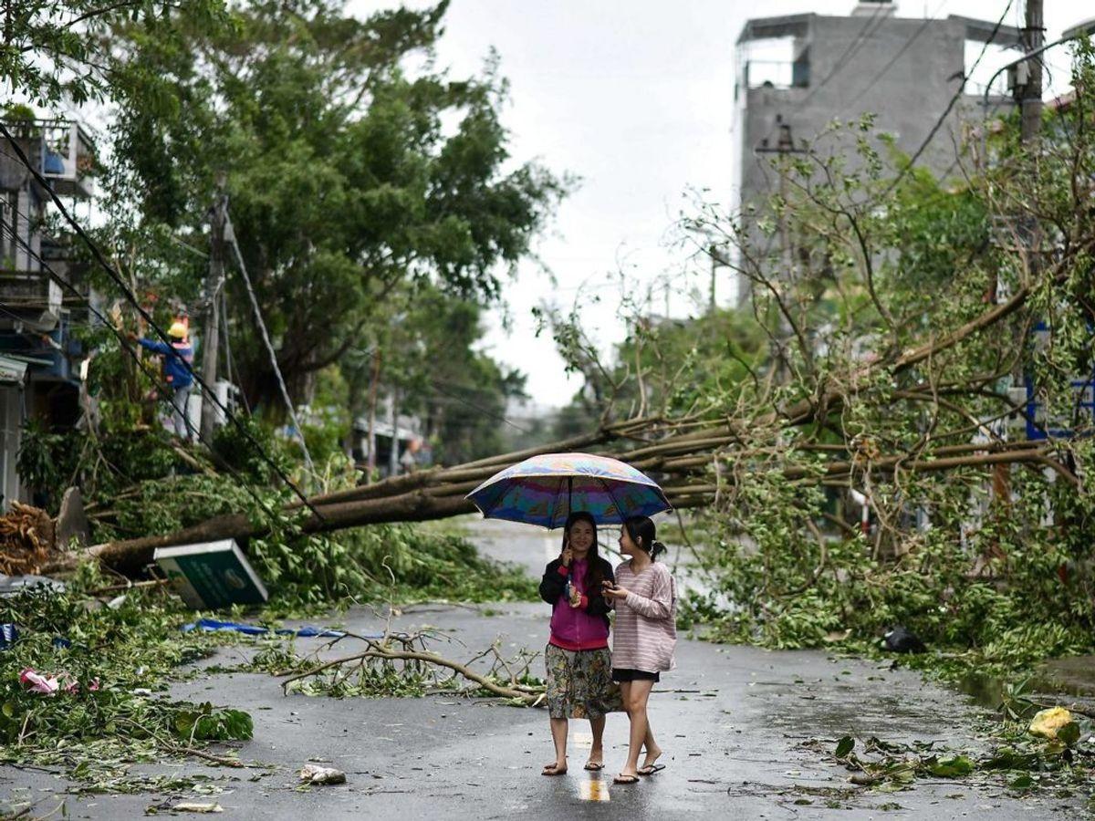 Mindst 13 er omkommet i naturkatastrofe i Vietnam. KLIK VIDERE FOR FLERE BILLEDER FRA STEDET. (Photo by MANAN VATSYAYANA / AFP)