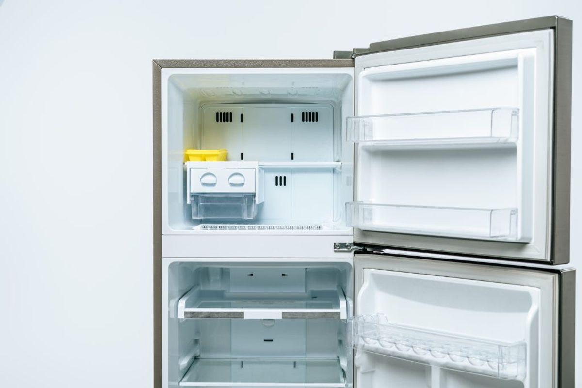 Tandbørsten er perfekt til køleskabers krinkelkroge og gummilister.