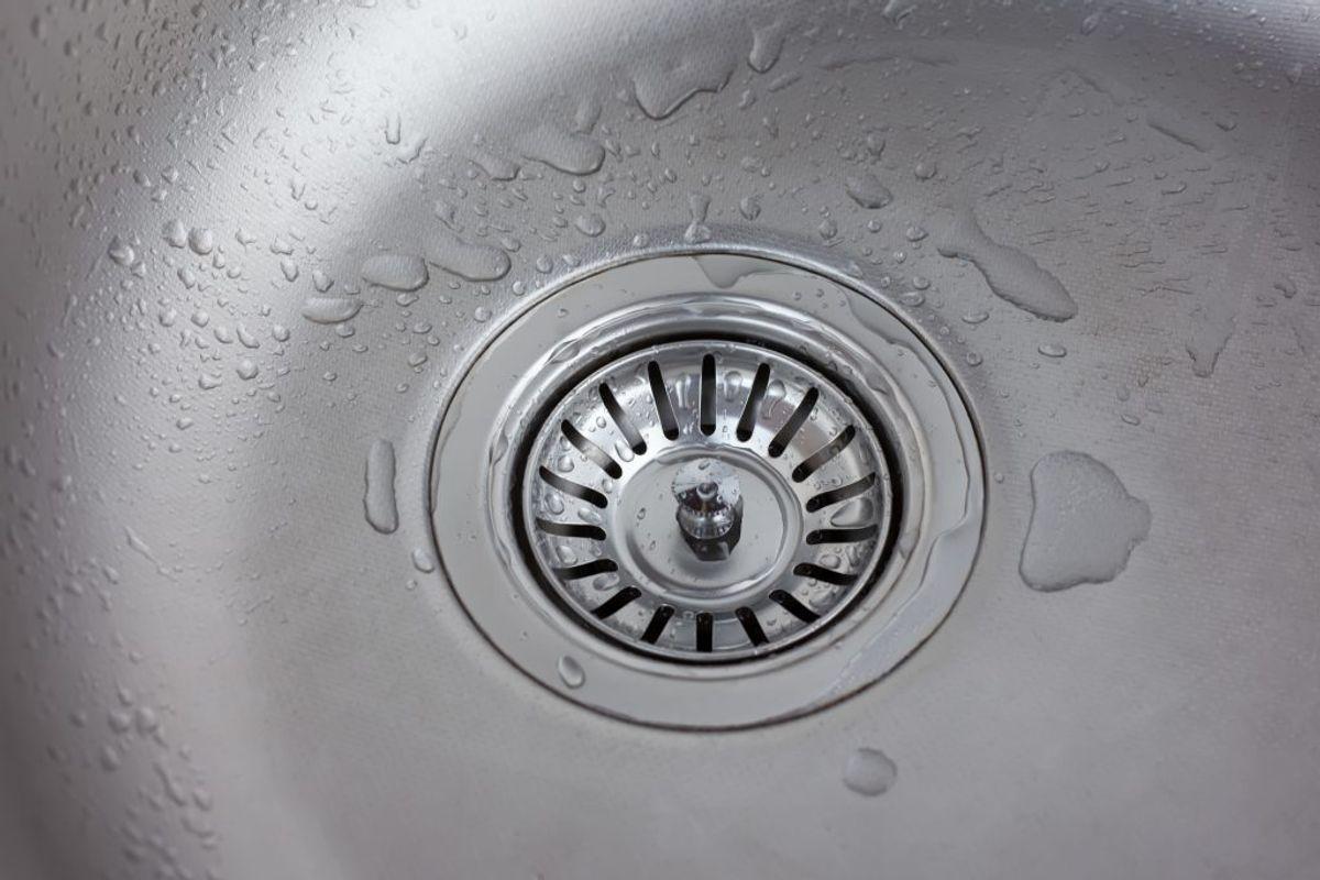 En tandbørste er perfekt til vaskens afløb, der kan være svært at komme til.