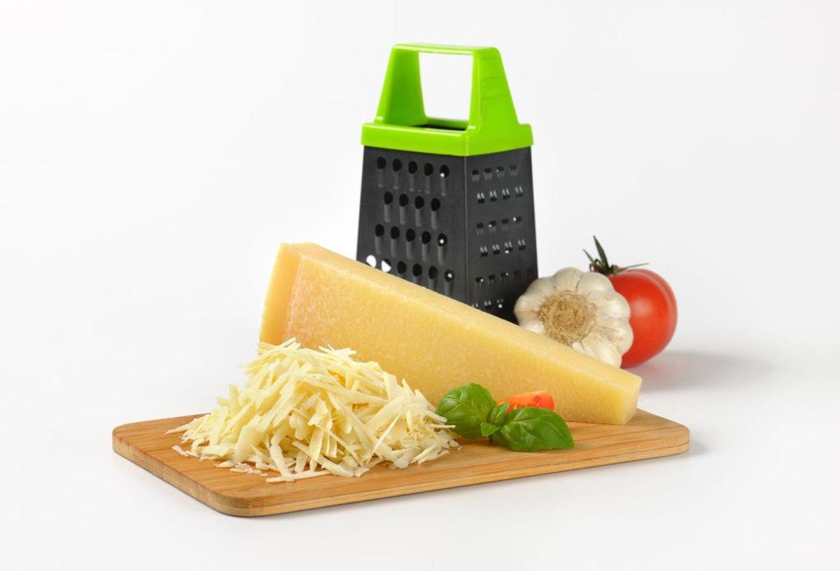 Børst dit rivejern inden du vasker det – så undgår du, at stykker af ost eller lignende sætter sig fast i afløbet.