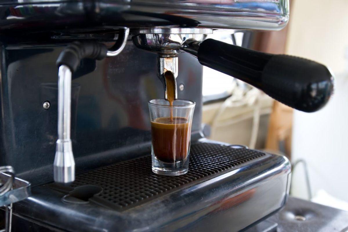 Espresso sviner. Rengør espressomaskinen med en tandbørste, hver gang du bruger den, og slip for svineriet.