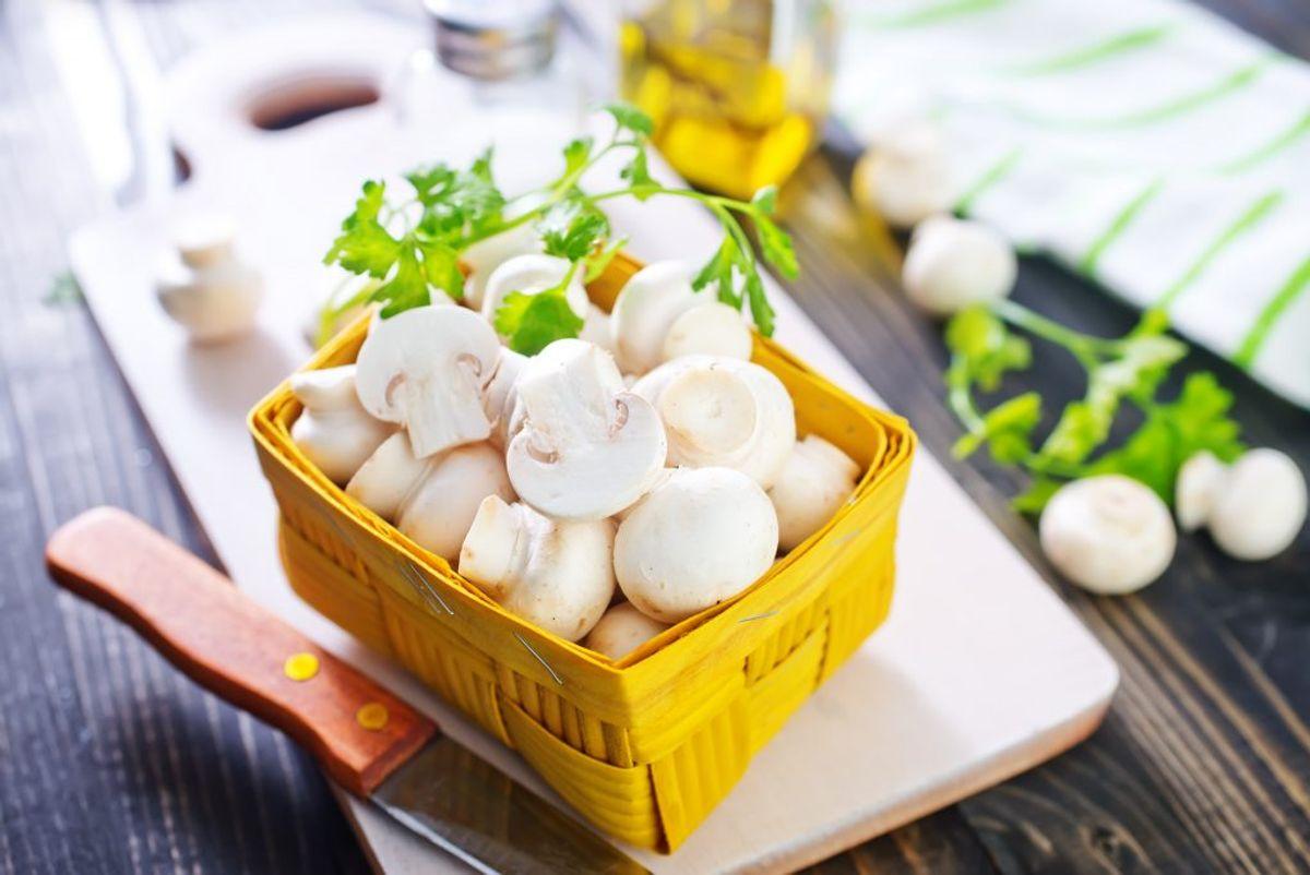 En blød tandbørste er super smart at bruge til at rengøre sarte grøntsager – eksempelvis svampe.