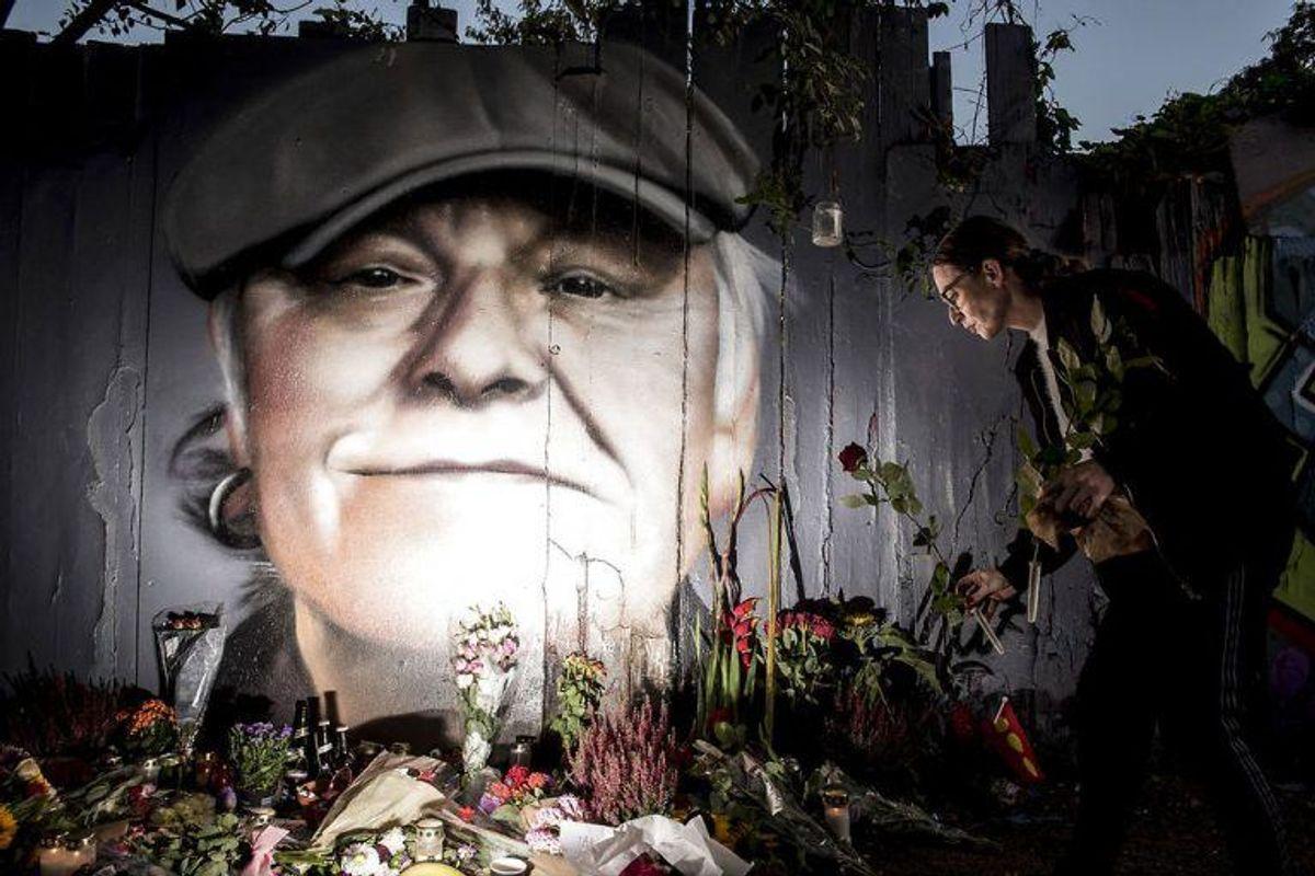Blomster, øl, smøger og hilsner er lagt foran det portræt der er blevet malet på hegnet ind mod Christiania på Prinsessegade i København til ære for danskernes nationalskjald Kim Larsen, mandag den 1. oktober 2018. Kim Larsen er død 72 år gammel.. (Foto: Mads Claus Rasmussen/Ritzau Scanpix)