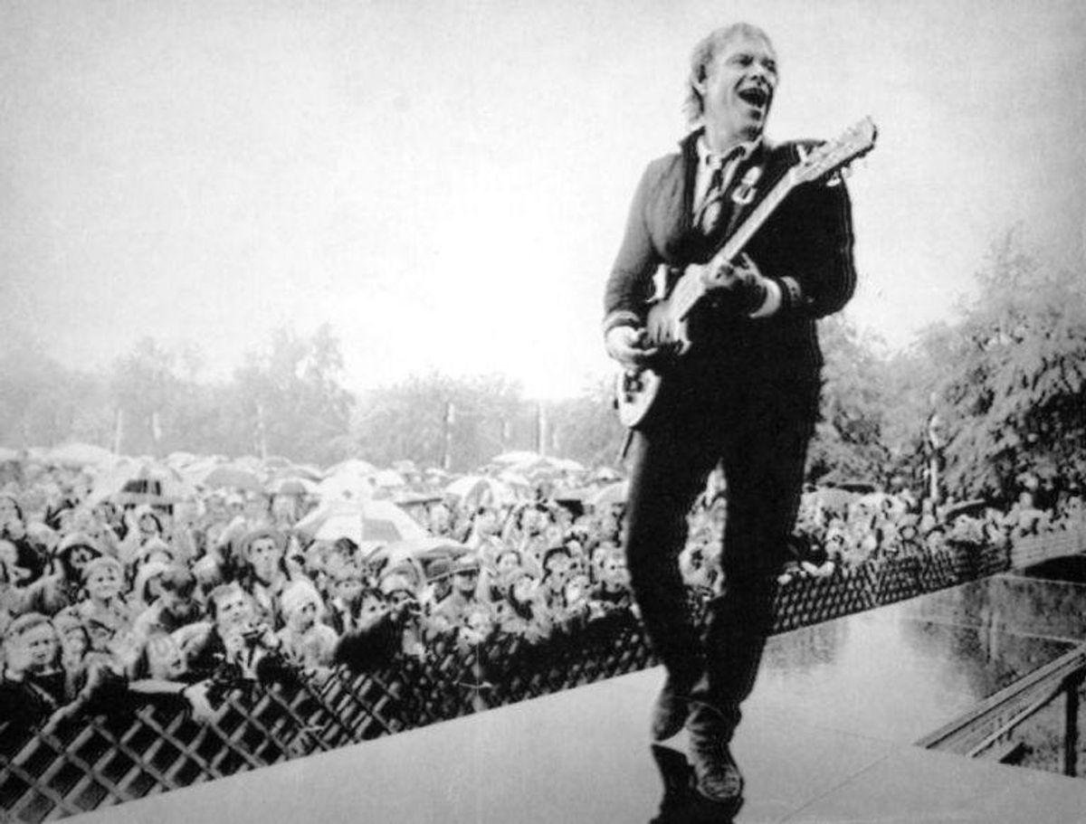 Kim Larsen, sanger, optræden i Skanderborg d. 12. juni 1991 i regn og blæst. Anvendt i B.T. 13. juni 1991.