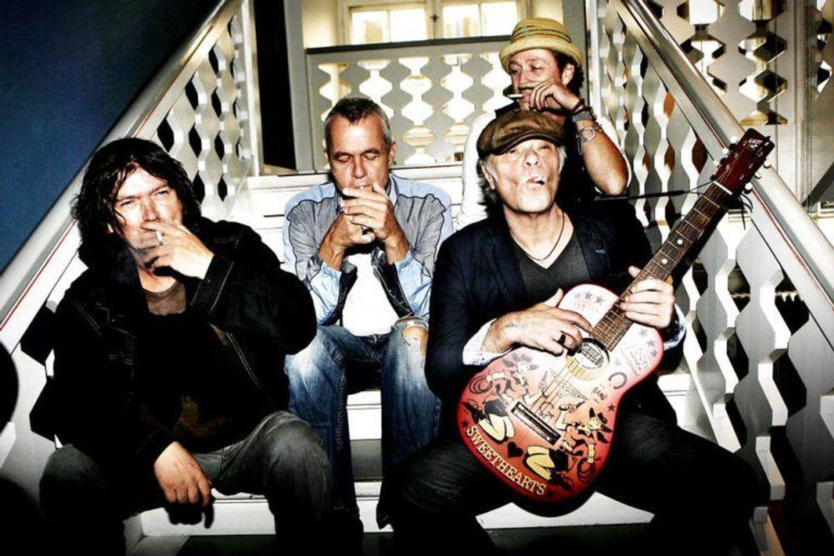 Kim Larsen, Thomas Helmig, Johnny Madsen og Klaus Kjellerup ryger på Kulturministeriets trappe 9. sep. 2008 som et led i deres protest mod rygeloven og for at promovere deres pro-ryge-single