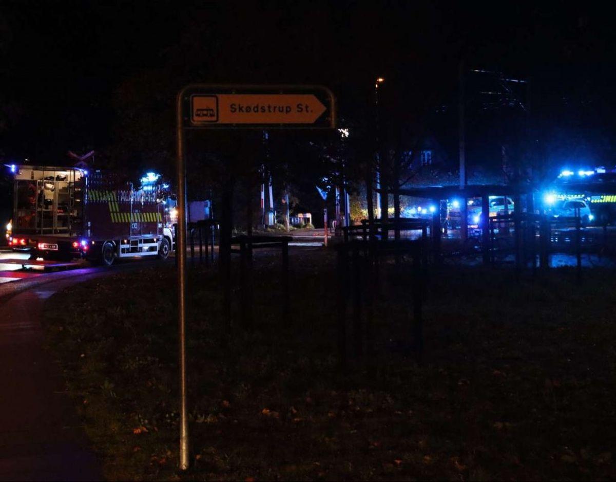 Påkørslen skete tæt ved overskæringen nær Skødstrup Station. Foto: Øxenholt Foto