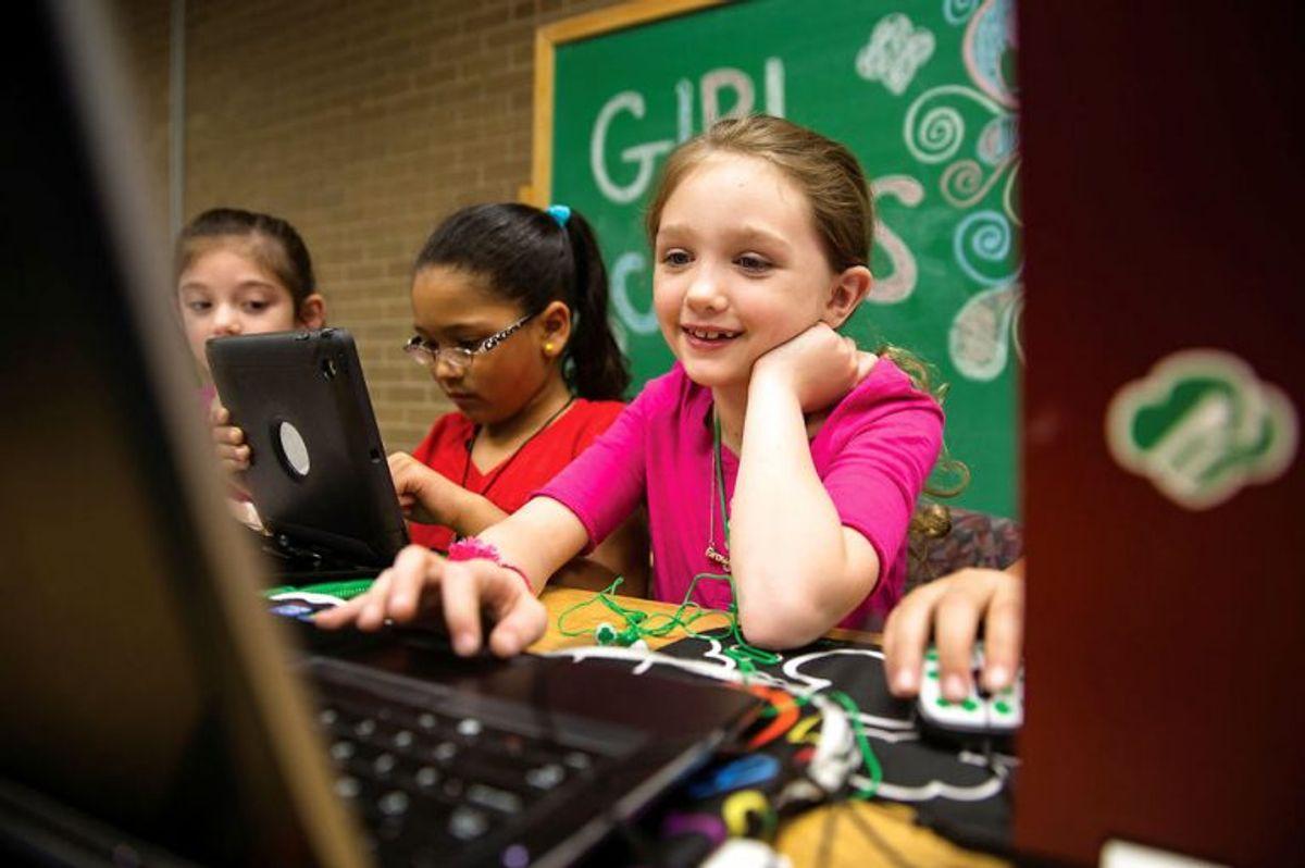 Du behøver ikke være teknisk ekspert for at kunne guide dit barn om sikker adfærd på nettet. (Foto: Scanpix)