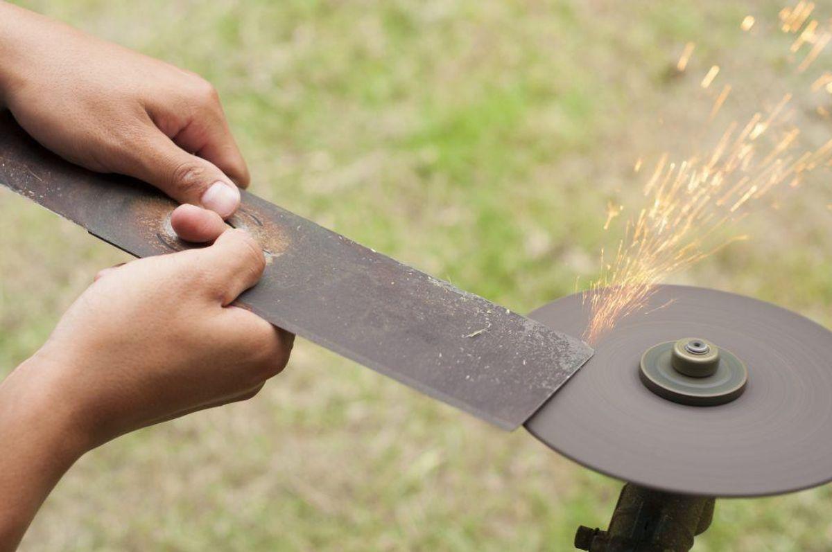 Klingen i din græsslåmaskine er sløv. Hvis klingen er sløv, kan du komme til at rykke græsset op i stedet for at klippe det. Det har plænen ikke godt af. Kilde: Reader's Digest. Foto: Scanpix.