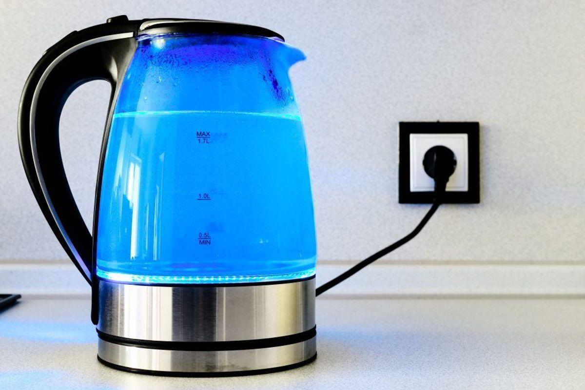 Hvis du ikke er til at bruge kemikaler, kan noget så simpelt som kogende vand også ofte være nok. Hæld kogende vand i flisesprækkerne, og i mange tilfælde vil ukrudtet give op. Kilde: Reader's Digest. Arkivfoto.