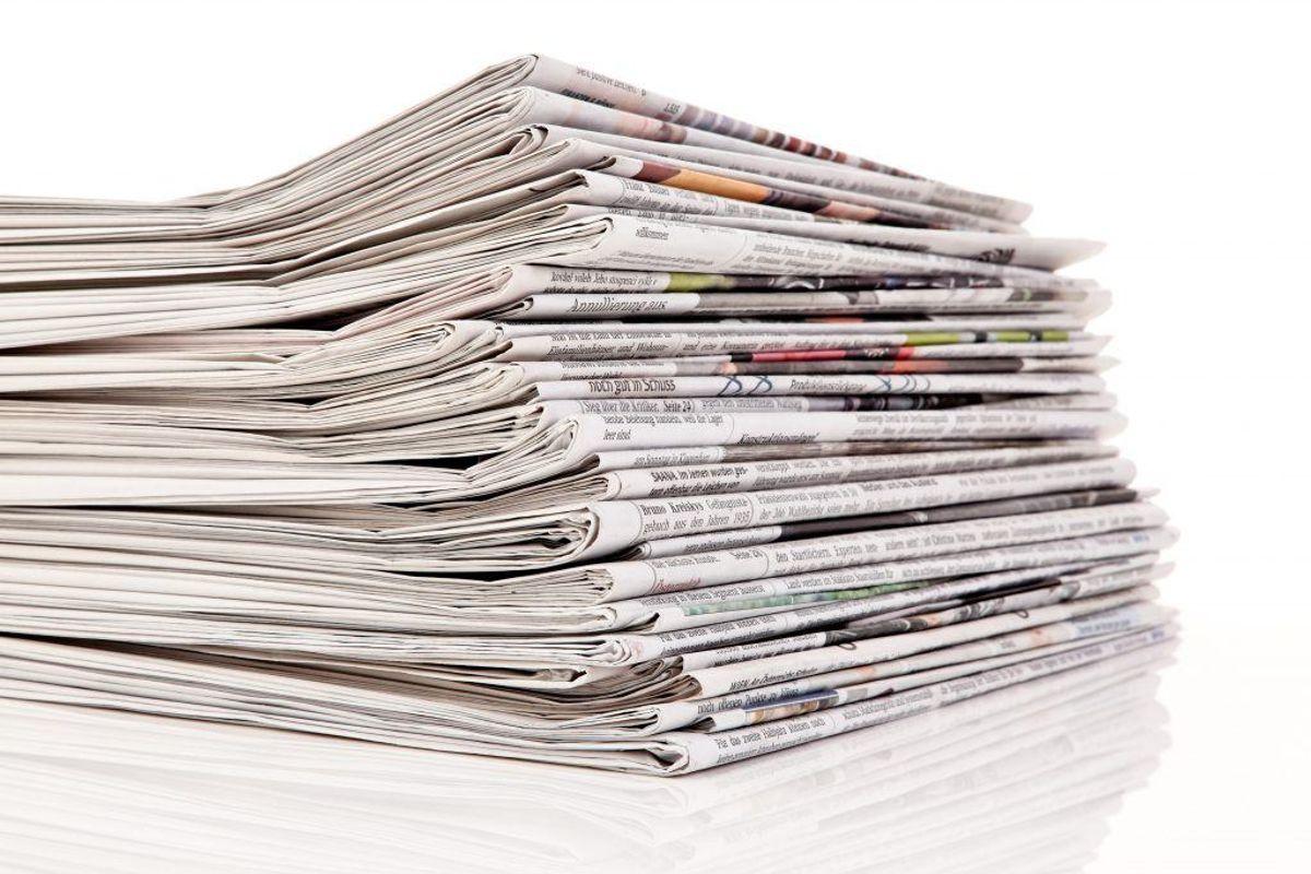 Hvis du ikke ønsker at investere i fiberdug, kan et lag våde aviser eftersigende have samme effekt. Gør dem våde, strø dem ud i bedet og læg så jord på, inden du sætter planter. Kilde: Reader's Digest. Arkivfoto.