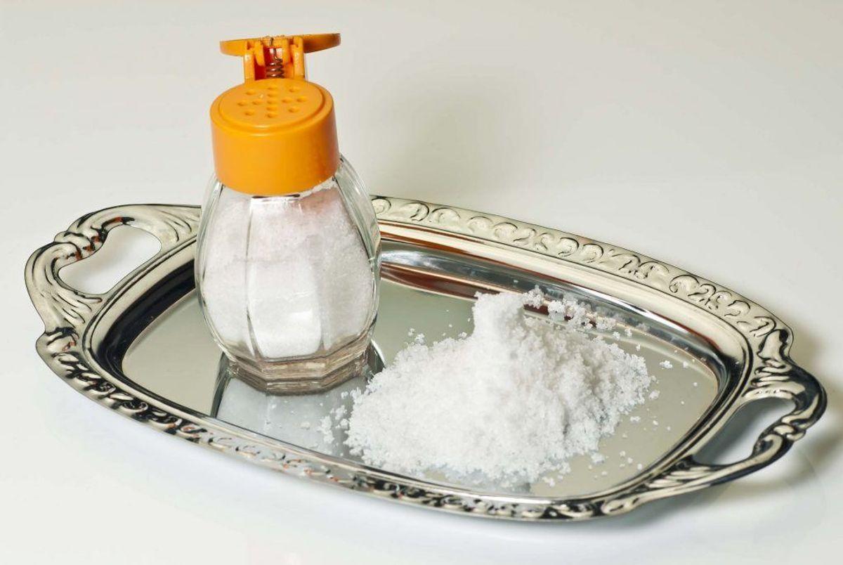 Hvis det ikke virker med kogende vand alene, kan du eventuelt hælde en smule salt i vandet. Kilde: Reader's Digest. Arkivfoto.