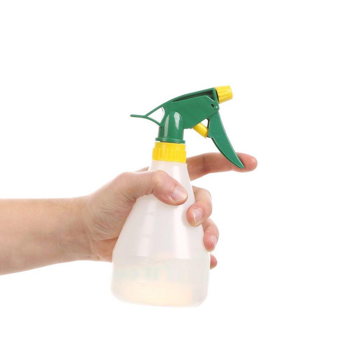 Lav dit eget rengøringsmiddel. Ofte kan man komme langt med natron og citron. Kilde: Good Housekeeping. Arkivfoto.