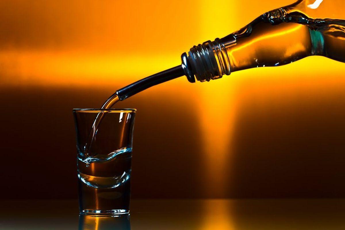 Et af de mere alternative ukrudtsmidler er vodka. Bland vodka, opvaskemiddel og en smule vand og hæld blandingen på ukrudtet. Kilde: Reader's Digest. Arkivfoto.