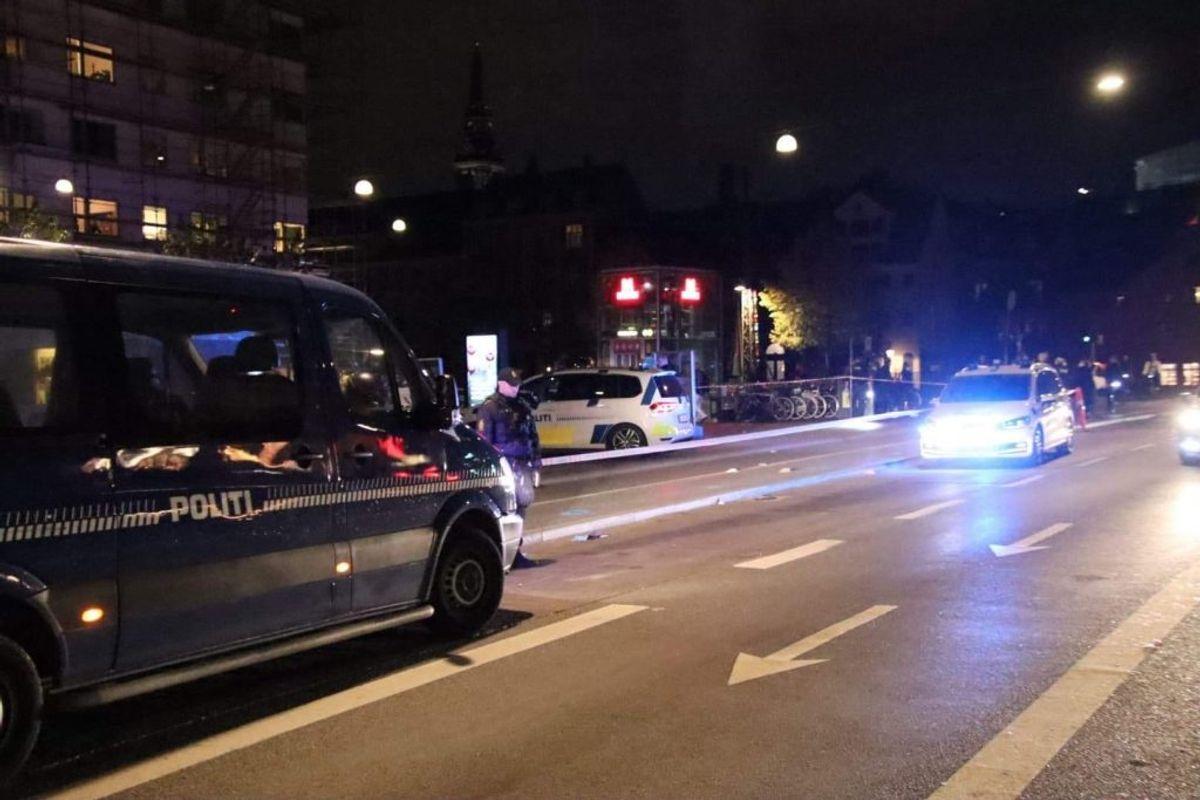 Politiet leder lige nu efter gerningsmanden eller -mændene til et knivstikkeri på Christianshavn. KLIK for flere billeder. Foto: Presse-fotos.dk.