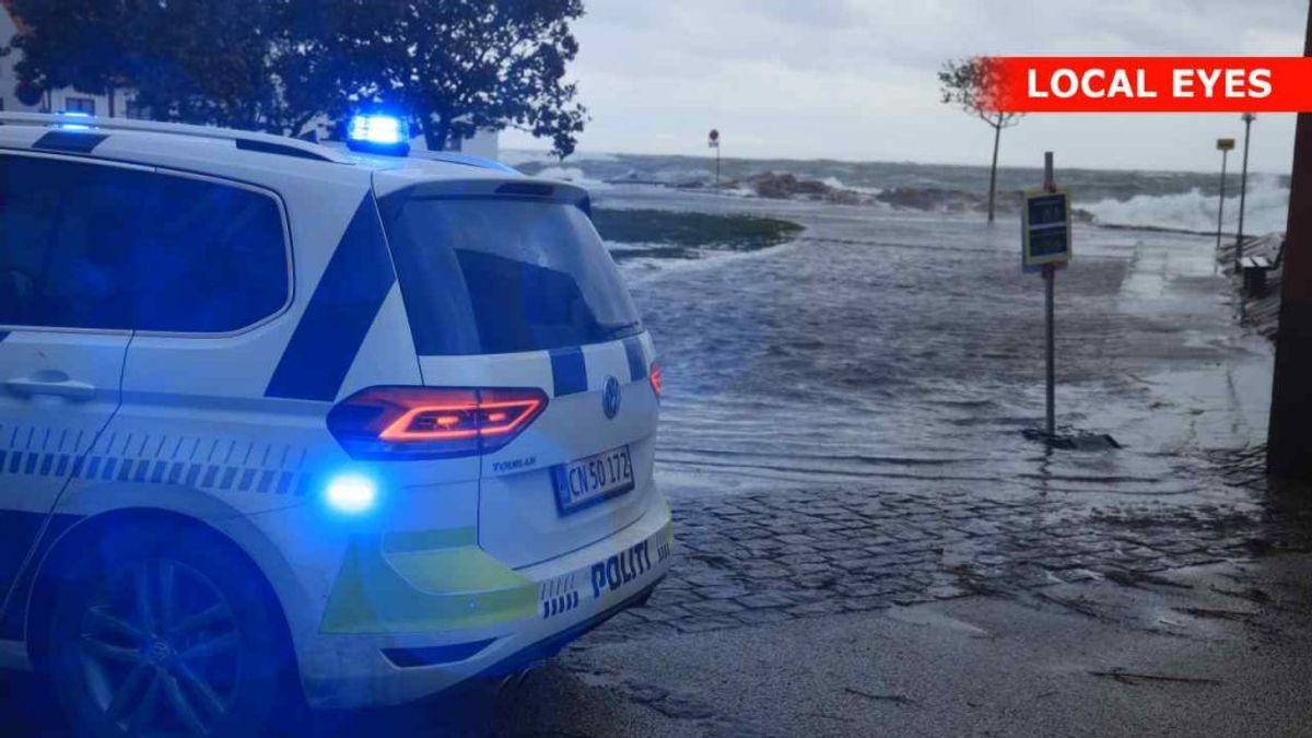På havnen i Gudhjem slog dønninger fire-fem meter ind over kajen – og slyngede sten af håndboldstørrelse op på kajen. Klik videre og se flere billeder fra Danmark. Foto: Local Eyes