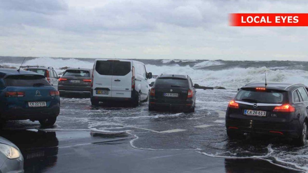 Bilerne på kajen i Gudhjem blev skubbet af vandet. Foto: Local Eyes