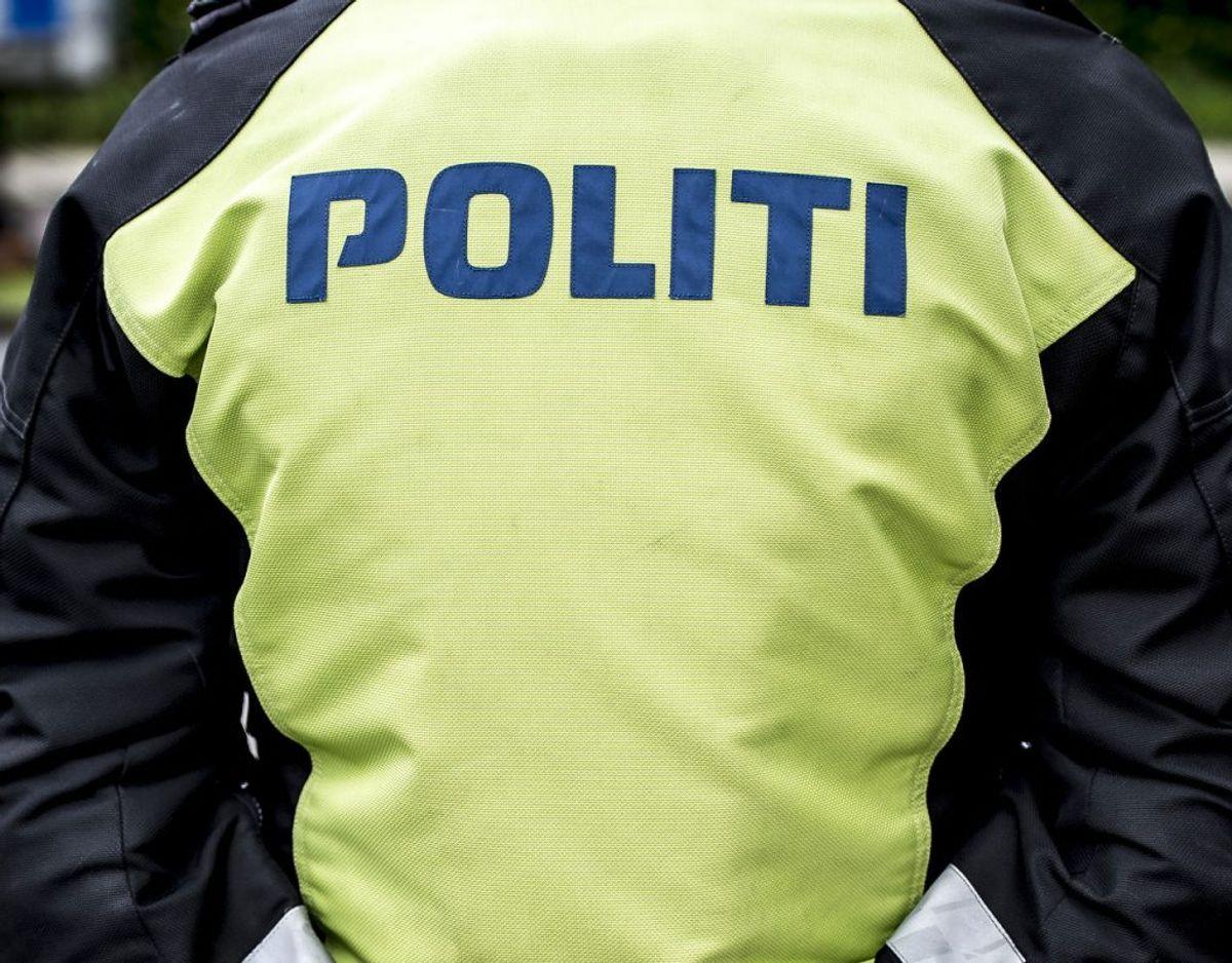 En færdselbetjent standsede en svensk lastbilchauffør, men der viste sig at være mange problemer med ham og vognmanden, han arbejdede for. Det blev dyrt. Foto: Mads Claus Rasmussen/Scanpix 2017