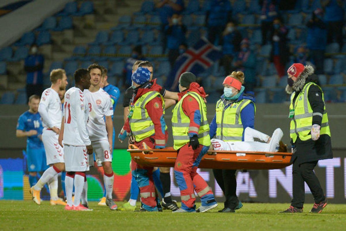 Andreas Skov Olsen blev båret af banen og ind i en ambulance. Foto: Haraldur Gudjonsson/AFP