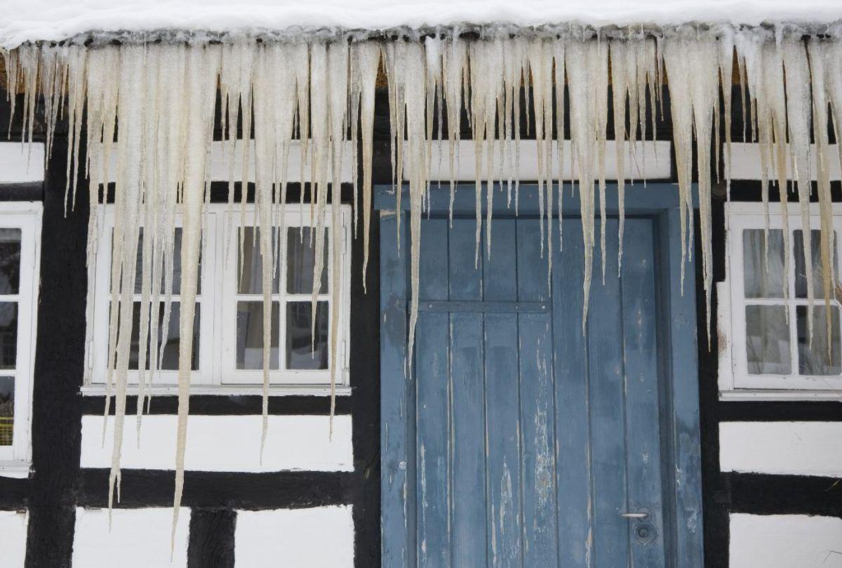 Tjek vinduer og døre for revner og utætheder. Kilde: Idényt og Bolius. Arkivfoto.
