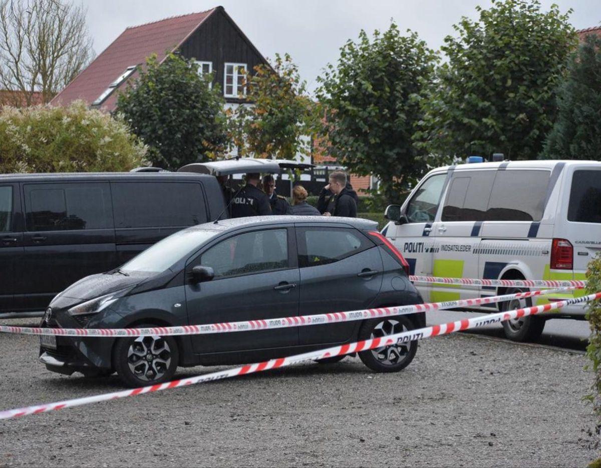 Politiet er fredag aften massivt til stede i Aarhus-forstaden Tilst. Foto: Øxenholt Foto