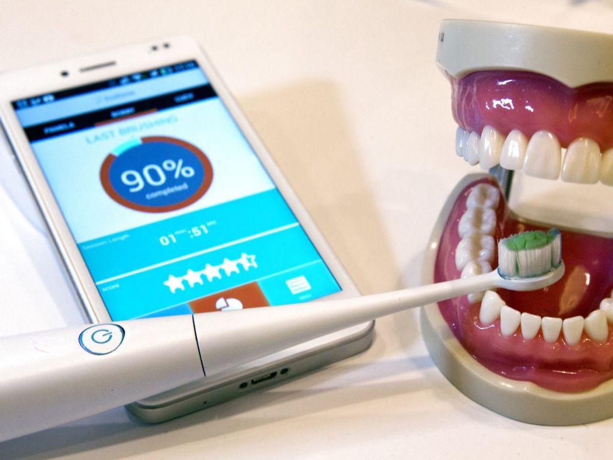 Rengøring af en eltandbørste kan foregå på samme måde som en almindelig tandbørste. Husk dog altid, at det kun er børstehovedet, der skal rengøres. Ikke den elektriske del. Foto: REUTERS/Steve Marcus