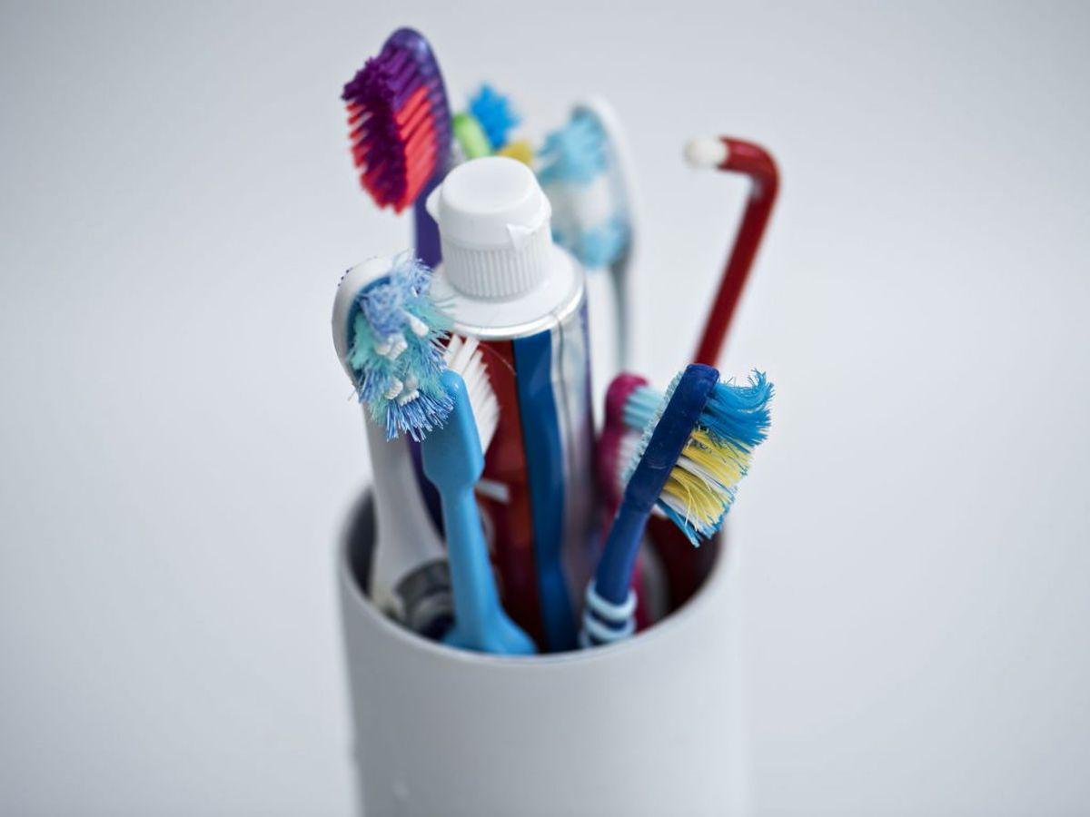 Du skal også undgå at stille flere tandbørster samt andre ting i nærheden af hinanden. Ellers trives bakterierne. Foto: Ritzau Scanpix/ Arkiv