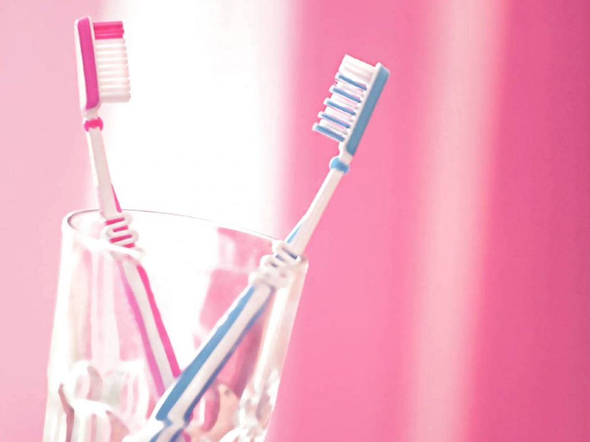 Sørg også for at rengøre den holder som tandbørsterne opbevares i. Her vil bakterierne også spredes til. Foto: Panthermedia/ Ritzau Scanpix/ Arkiv