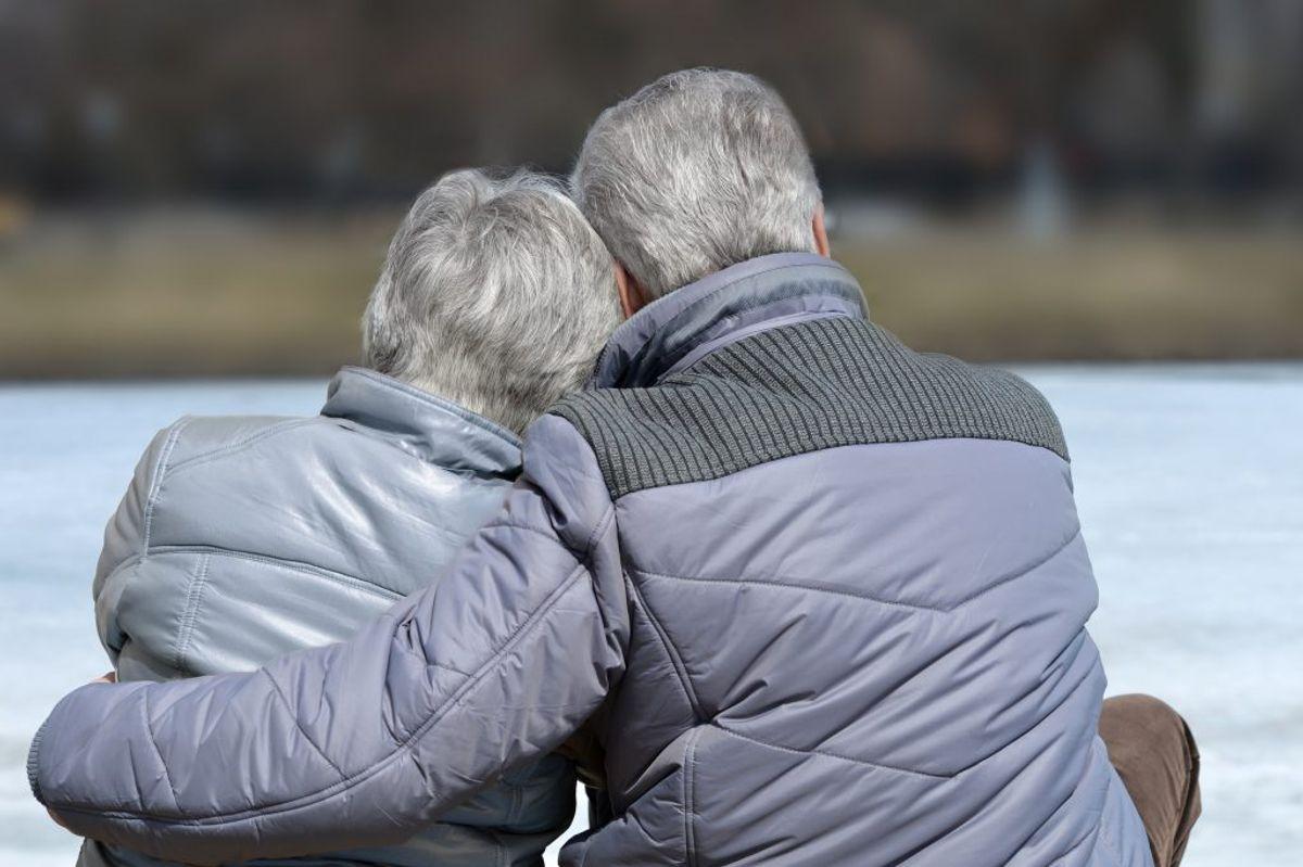 Du kan godt give kram til dine allernærmeste, fx partner, børn og børnebørn, men undgå håndtryk, kindkys og kram til andre end dine nærmeste pårørende. Kilde: Sundhedsstyrelsen. Arkivfoto.