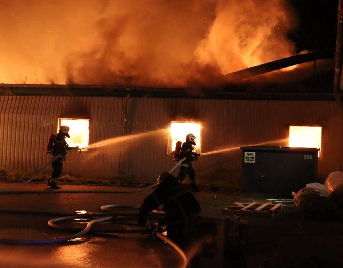 Der er ikke noget at redde, så bygningen får lov at brænde ned. Foto: Øxenholt Foto