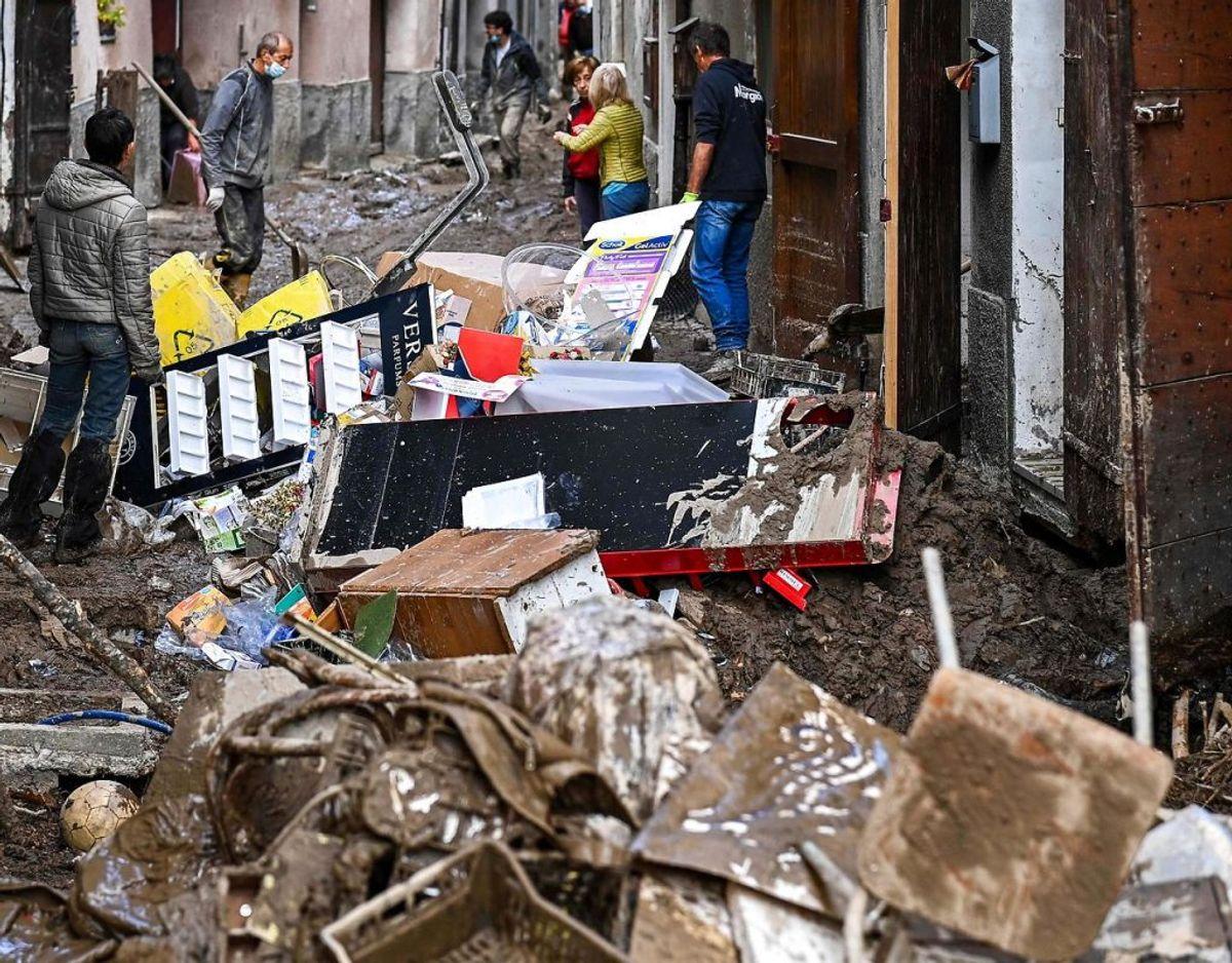 I Garessio, Piedmont, renser de ud efter massive mudderskrev. Klik videre og se flere billeder af ødelæggelserne. Foto: Scanpix