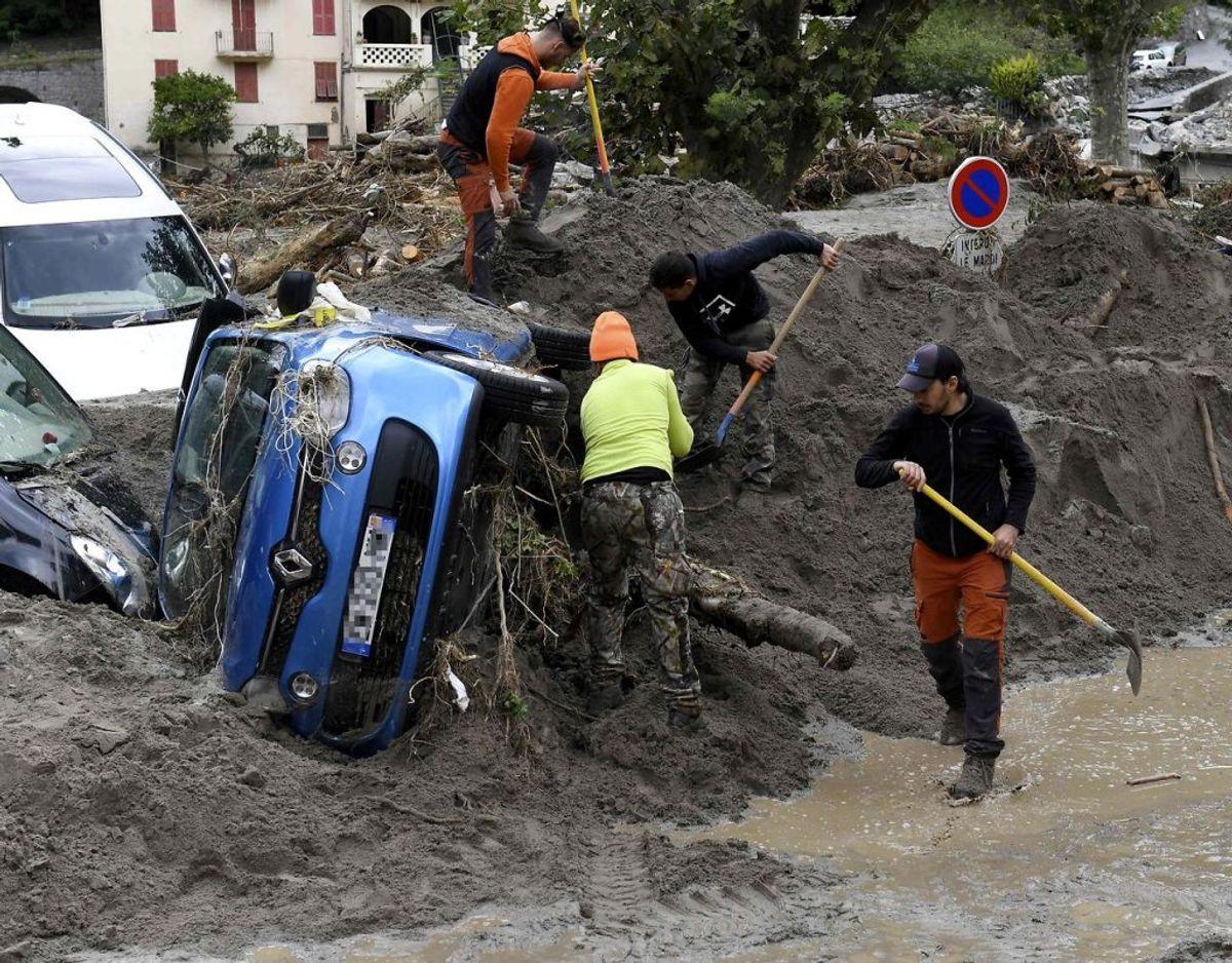 I Breil-sur-Roya i det sydøstlige Frankring blev biler mast med vandmasserne. Foto: Scanpix