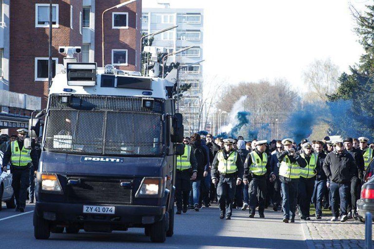 """""""Hollænderen"""" har fået sit øgenavn fordi den er inspireret af et indsatskøretøj fra Holland. Kun Københavns Politi har i dag """"Hollænderen"""" til rådighed, da dette er det mest udsatte område i Danmark. """"Hollænderen"""" er oprindelig en Mercedes varevogn, som er tilpasset og forsynet med specialudstyr: Selve vognen er på ydersiden belagt med et stødsikkert og brandhæmmende materiale og dækkene er punkterfrie, forruden er lavet af panserglas og bagruden og sideruder er lavet af lexanglas (plexiglas). Taget er lavet af finsk krydsfinér. Køleren er beskyttet af jerngitter. Hollænderen har specialdøre og speciallåse og kører på diesel for at nedsætte risikoen for brand. Foto: Claus Bech/Scanpix."""