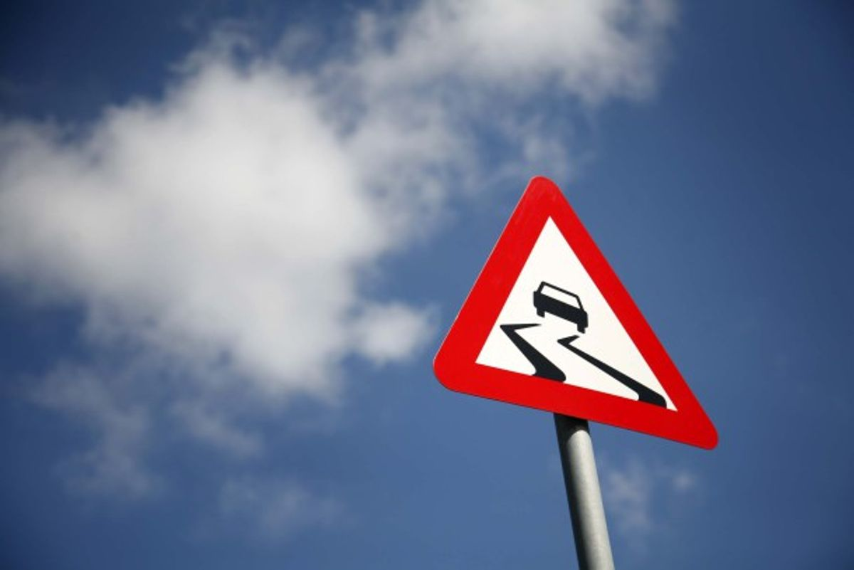Du kender dette skilt og du kender oplevelsen af at køre på glatte veje. Men kender du de forskellige former for glatte veje? Klik videre i galleriet og bliv klogere.