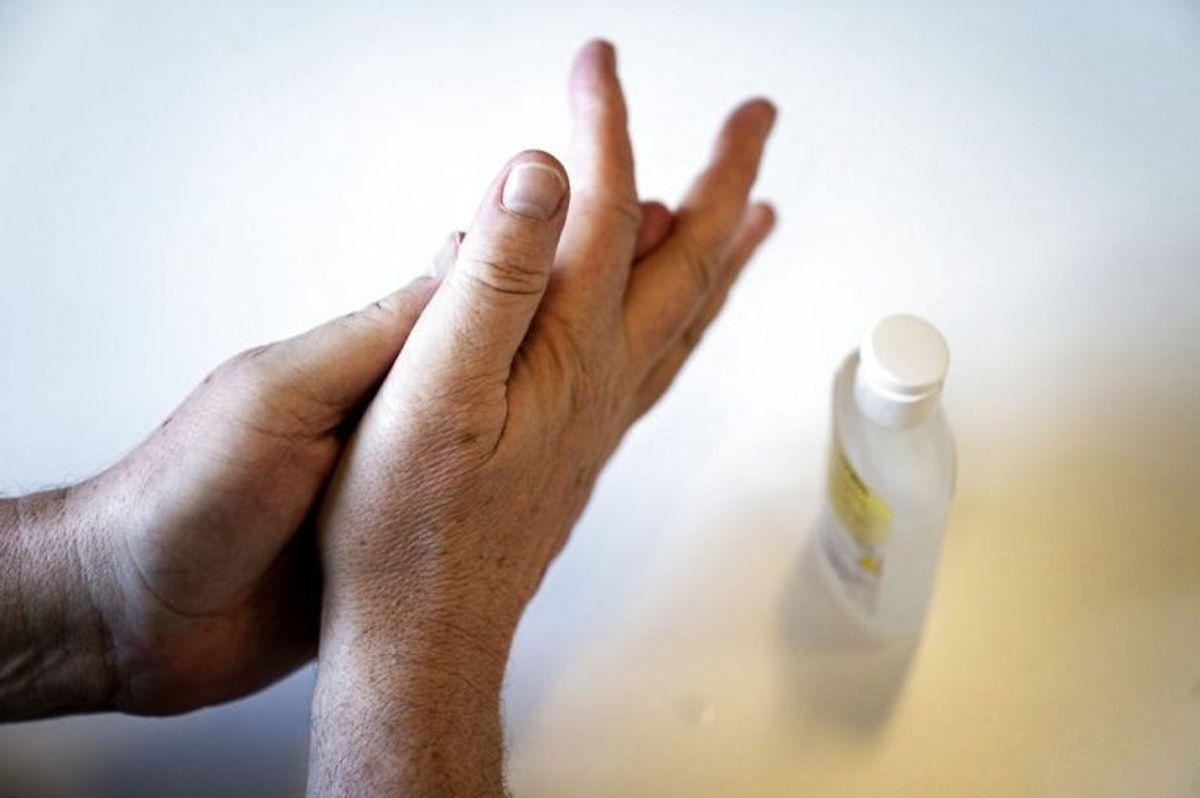 """""""Hygicare Disinfectant for surfaces"""" og """"Hygicare disinfectant for Hands""""  fra firmaet Hygicare indeholder ligeledes PHMB. Foto: Scanpix"""
