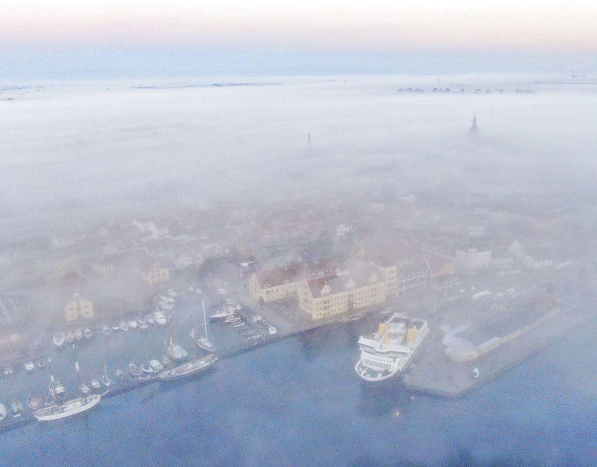 Svendborg Havn er også indhyldet i tåge. Foto: Michael Bager/Ritzau Scanpix.