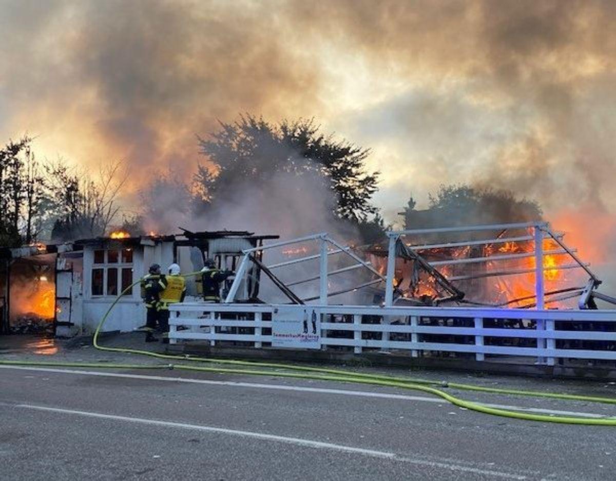 Der foretages en kontrolleret nedbrænding. Foto: Presse-fotos.dk