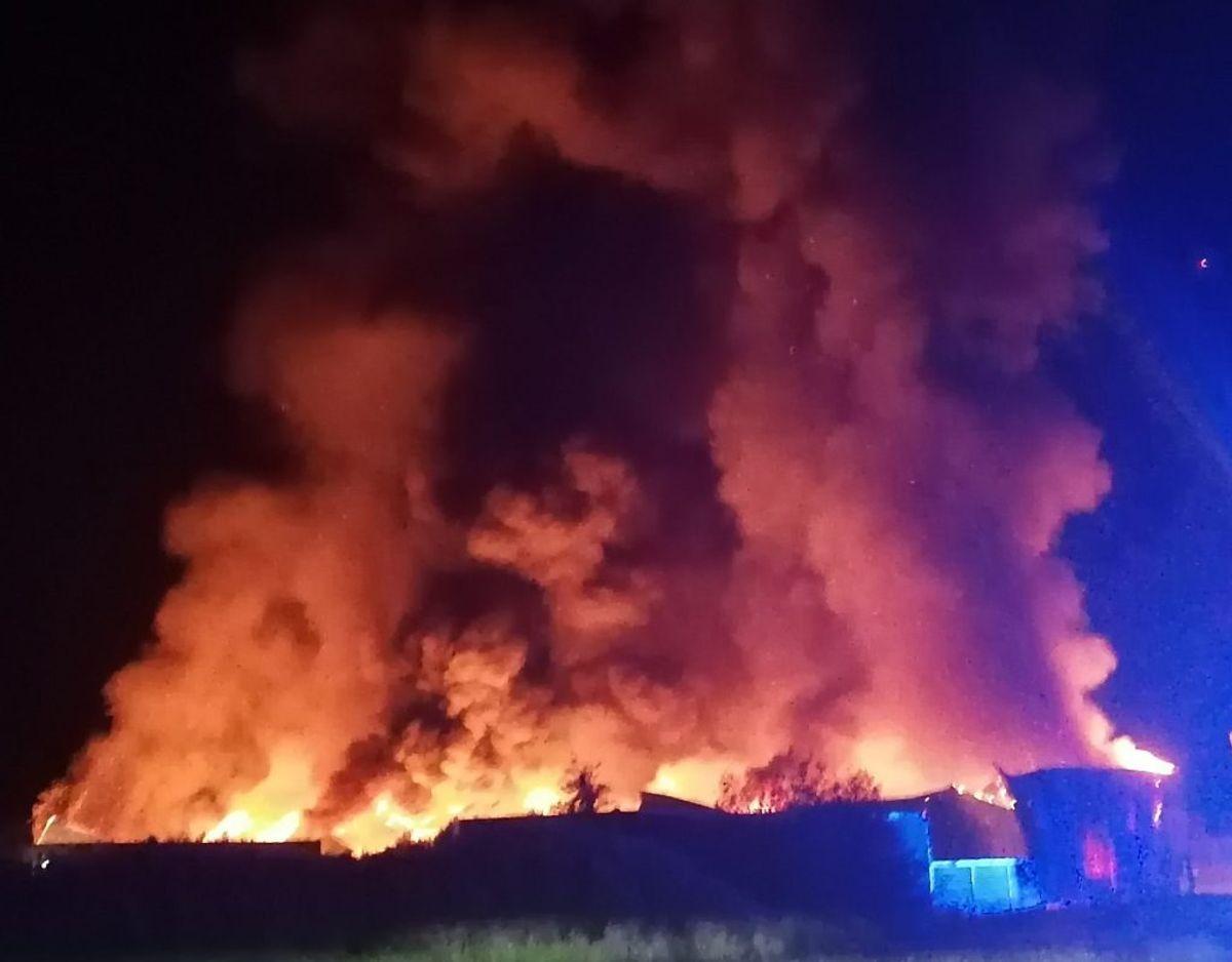To personer har hældt brandbar væske ud inde i industribygningen. Foto: Øxenholt Foto
