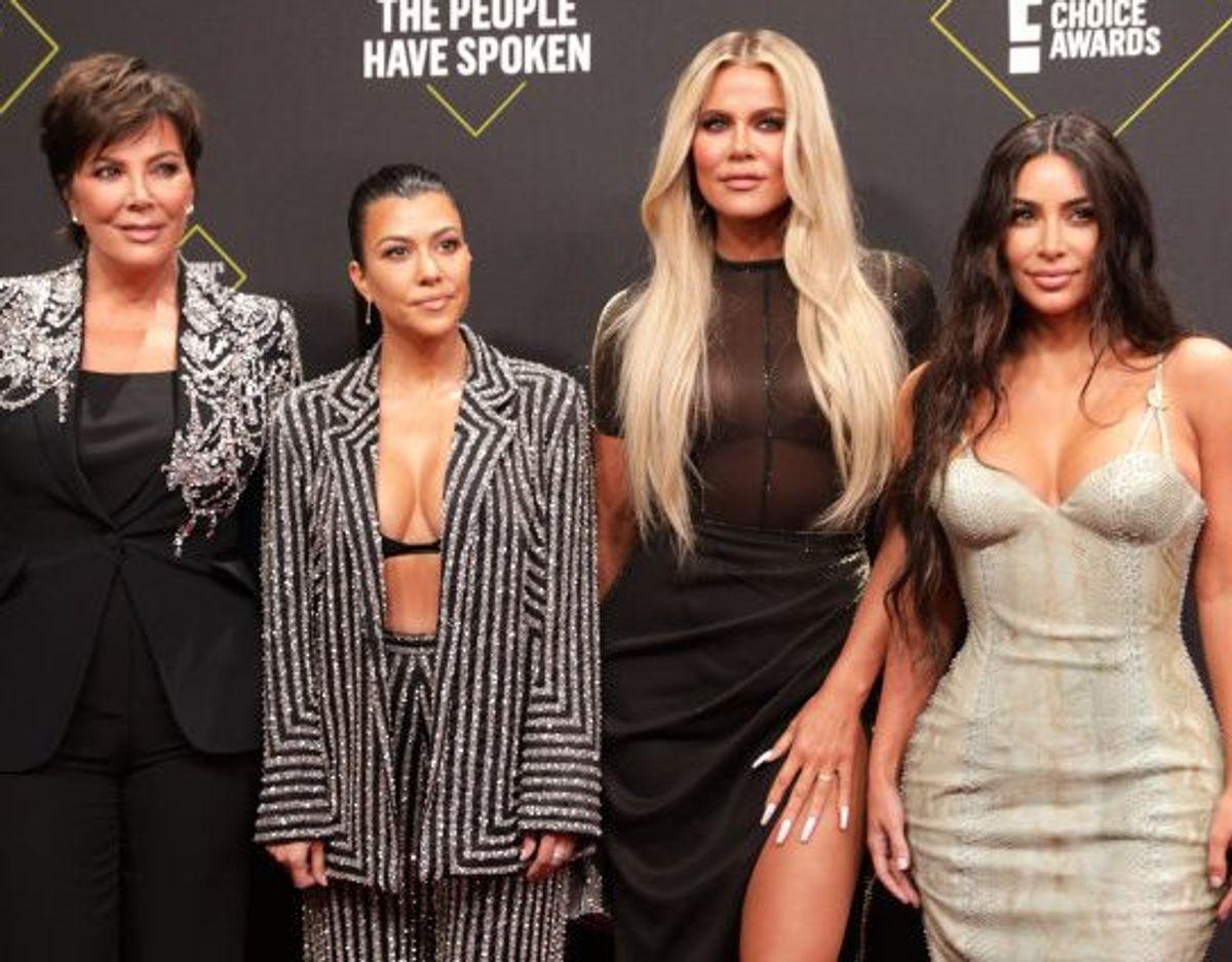 Fra venstre til højre ses Kris Jenner, Kourtney Kardashian, Khloe Kardashian og Kim Kardashian ved People's Choice Awards i Californien i 2019. Foto: Monica Almeida/Reuters