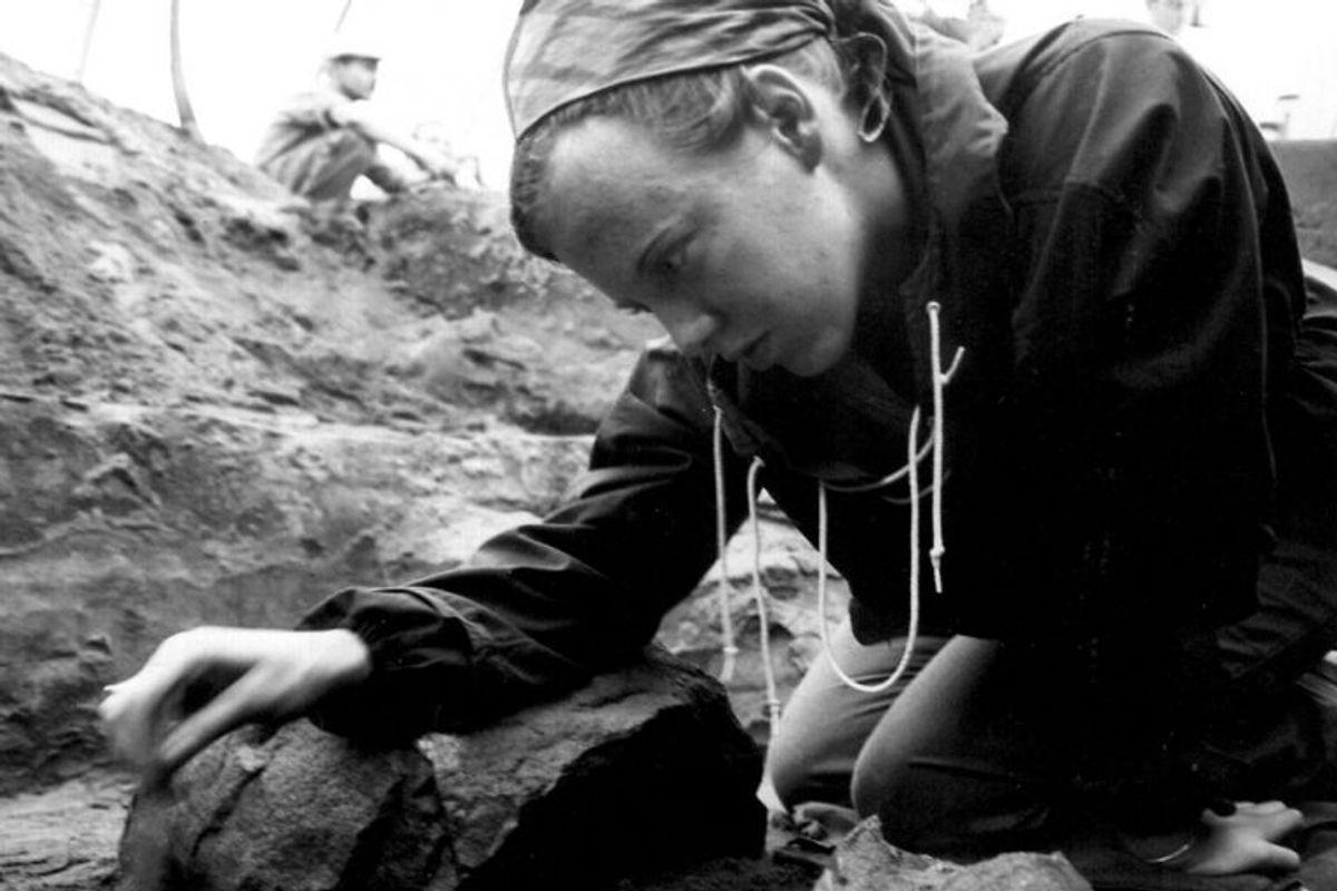 Dronningen har altid gået meget op i arkæologi, som det fremgår af dette billede fra dengang, hun var prinsesse. Dronning Margrethe II's Arkæologiske Fonds formål er fremme af dansk arkæologisk forskning og formidling, hvortil offentlige midler ikke foreligger i dækkende omfang. Foto: Ukendt/Scanpix.