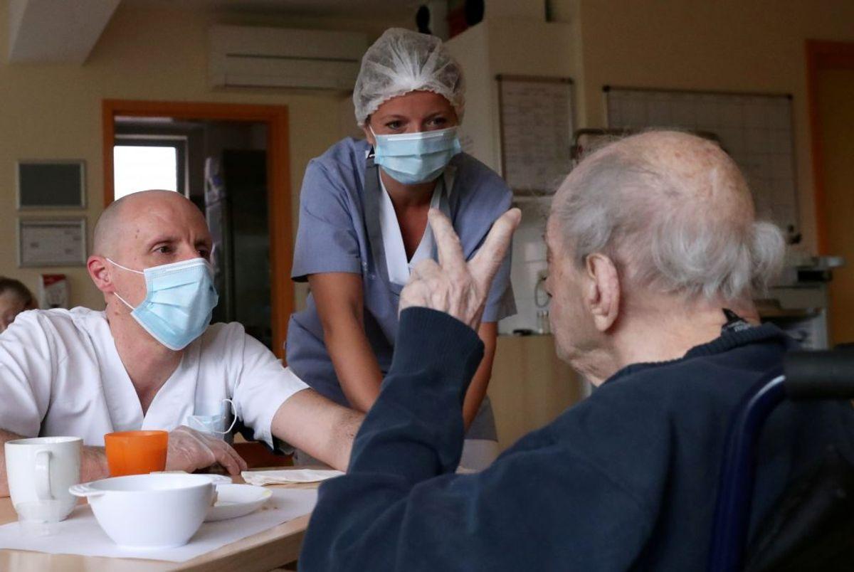 Hvis du har milde symptomer og samtidig har tæt kontakt med personer i særlige risikogrupper. varer ved over flere dage uden bedring. Kilder: Sundhedsstyrelsen, Politi.dk, Rigshospitalet, Region Sjælland/Ritzau (Foto: YVES HERMAN/Ritzau Scanpix)