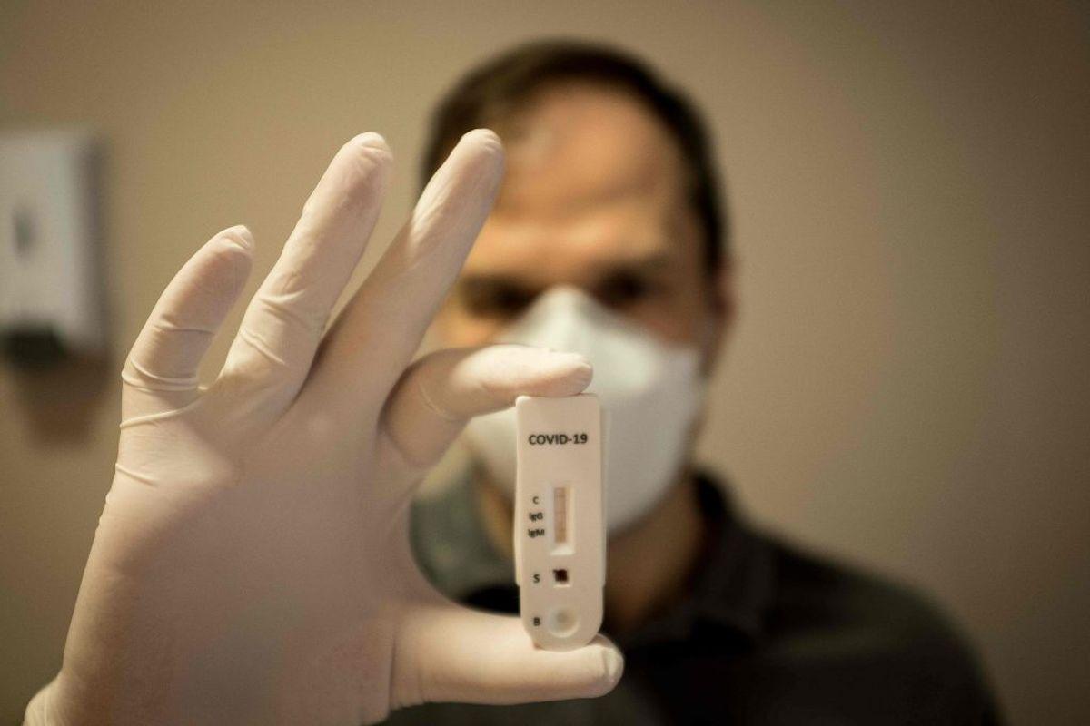 Hvis du har milde symptomer og har haft tæt kontakt med en person, der er testet positiv for coronavirus. KLIK VIDERE OG SE, HVORDAN TESTEN FOREGÅR. varer ved over flere dage uden bedring. Kilder: Sundhedsstyrelsen, Politi.dk, Rigshospitalet, Region Sjælland/Ritzau (Photo by FLORIAN PLAUCHEUR / AFP)
