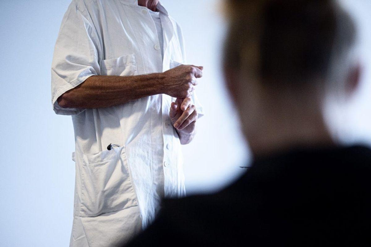 Hvis lægen mistænker, at du har coronavirus, vil lægen vurdere, om du skal blive hjemme, eller om du skal henvises. Det kan være en henvisning direkte til en test eller til en sundhedsfaglig vurdering hos en af regionens vurderingsenheder. varer ved over flere dage uden bedring. Kilder: Sundhedsstyrelsen, Politi.dk, Rigshospitalet, Region Sjælland/Ritzau (Foto: Ida Guldbæk Arentsen/Ritzau Scanpix)