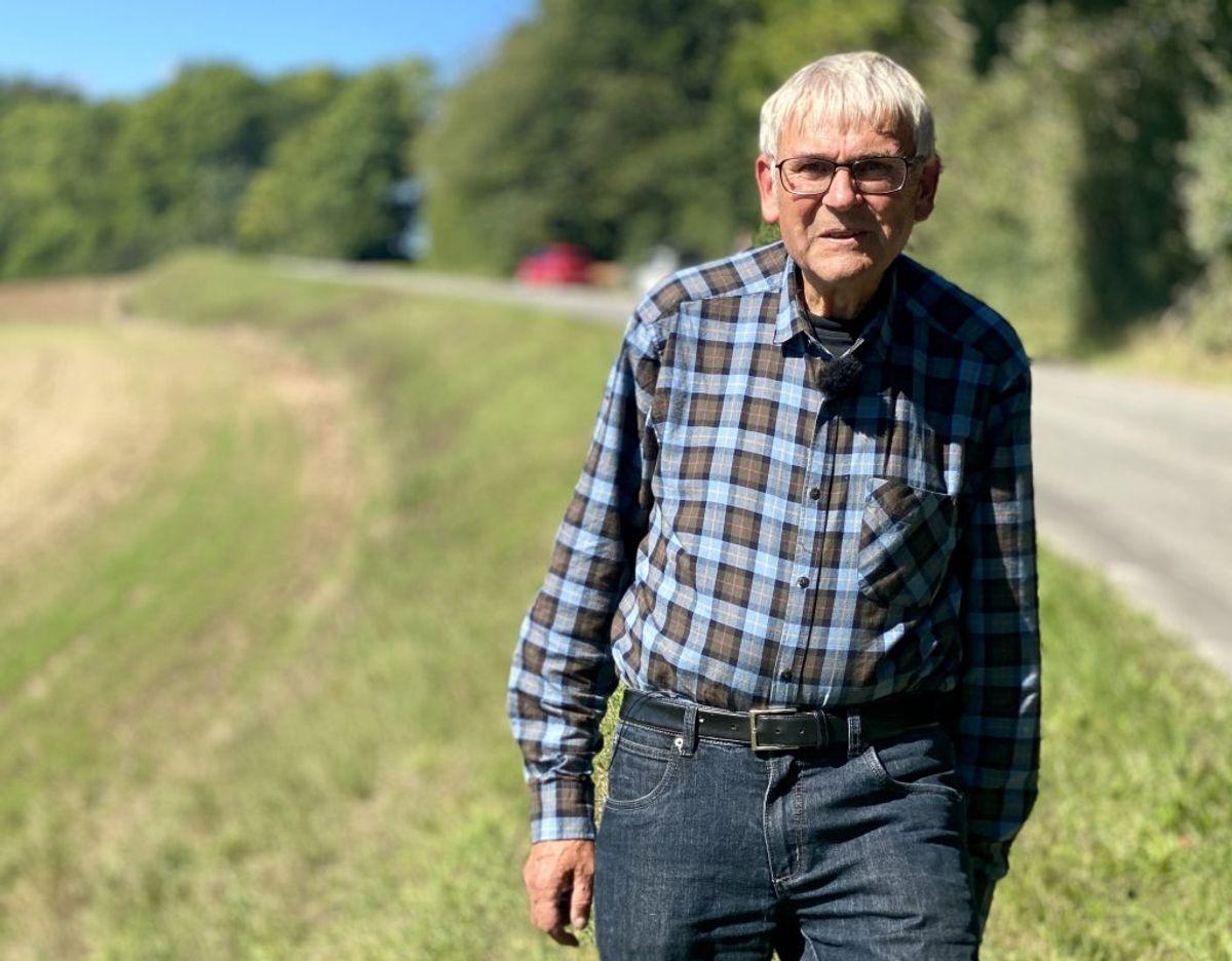 Ib Salomon mener, kommunen har nølet i dens vurdering af grøftekantsslåning. Foto: Louise Fischer/TV2 Østjylland.