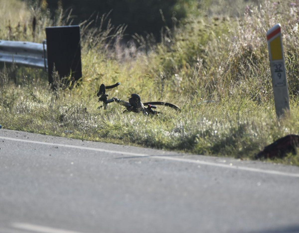 En mandlig cyklist er alvorligt kvæstet efter at være blevet kørt ned af bil. Foto: Presse-fotos.dk