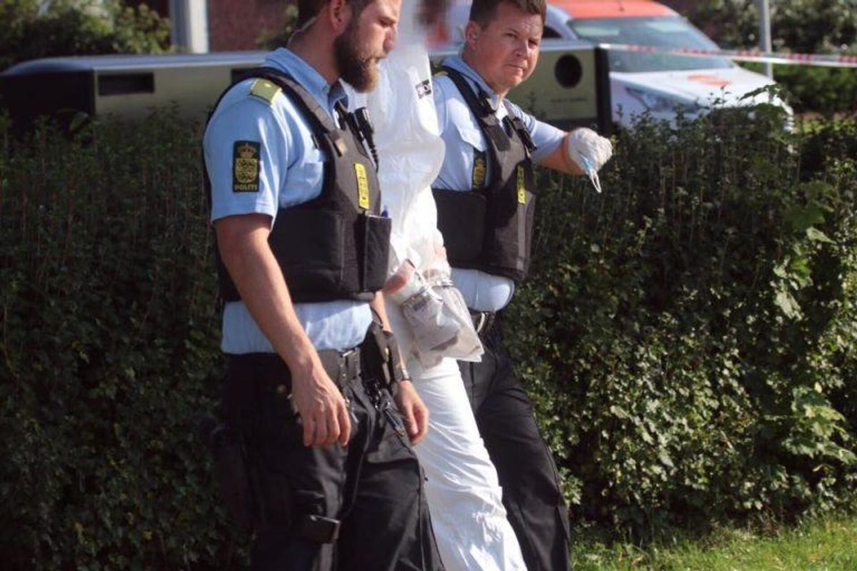 Politiet på gerningsstedet, hvor to mænd blev dræbt af skud. Foto: Presse-fotos.dk.