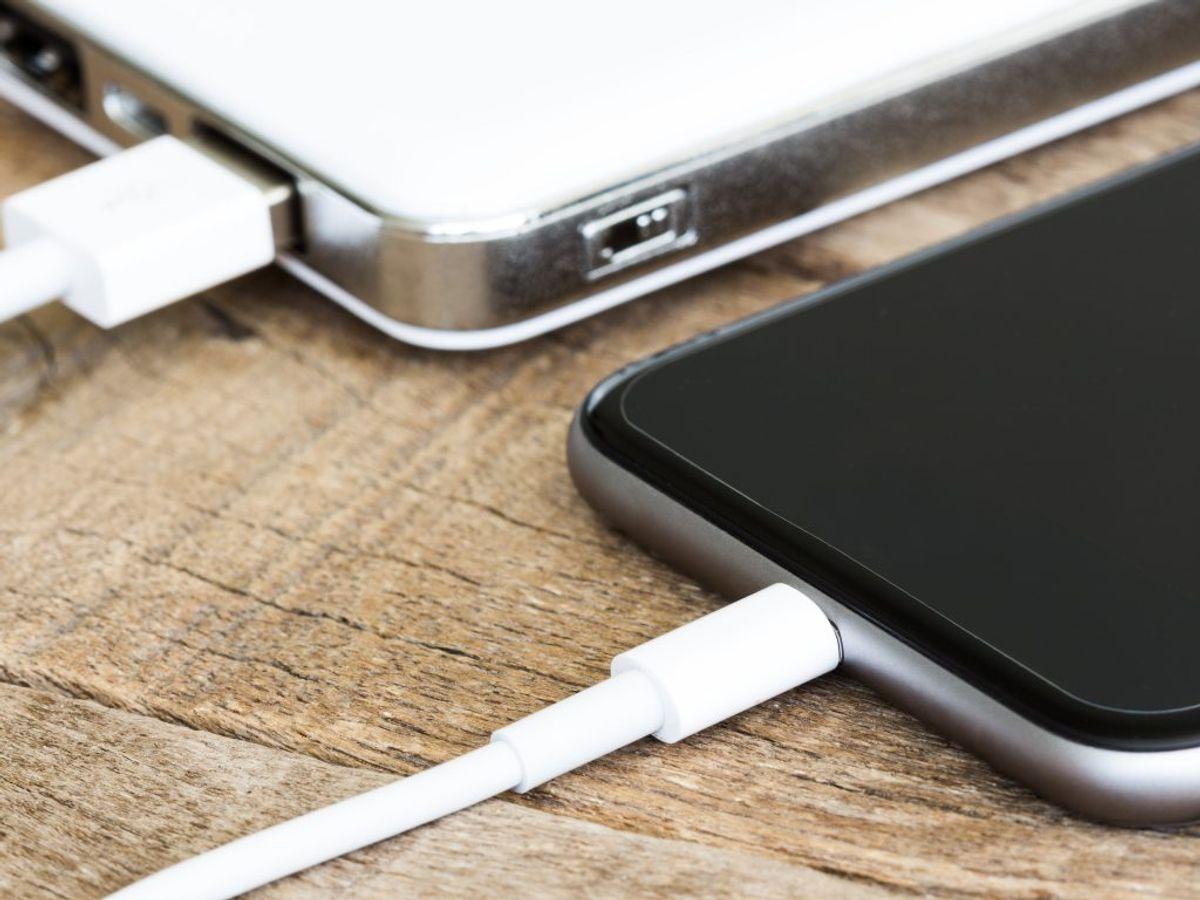Der findes en række steder, hvor du ikke bør lade din smartphone op. KLIK VIDERE OG SE OTTE EKSEMPLER. Foto: Scanpix.